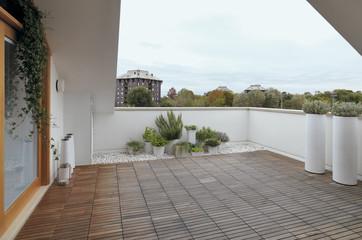 terrazzo moderno con pavimento di legno