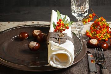 Herbstlich gedeckter Tisch mit Kastanien