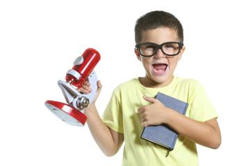 bambino buffo con libro e microscopio