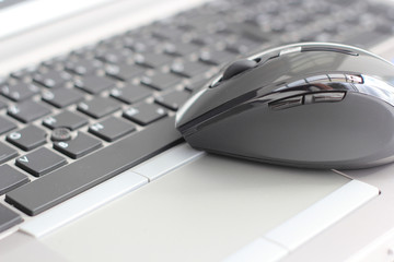 Laptoptastatur mit Maus