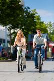 Fototapety Paar in Stadt fährt mit Fahrrad in Freizeit