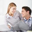 Frau flirtet mit Mann im Büro