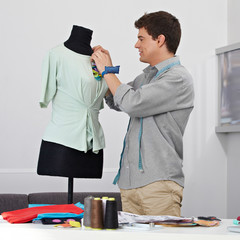Mann arbeitet an Kleiderpuppe