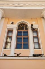 Фасад старинного дома с необычными скульптурами