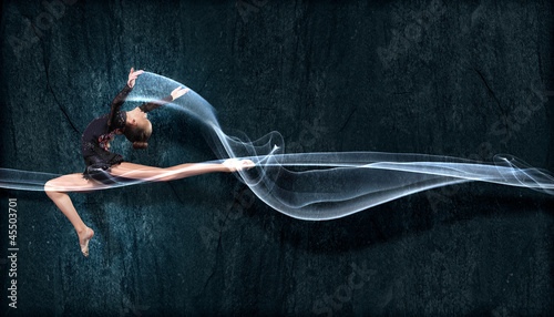 In de dag Dance School Young woman in gymnast suit posing