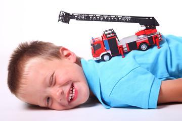 Kind mit Feuerwehrauto