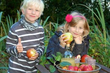 Junge und Mädchen nach der Apfelernte