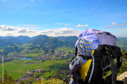 Rucksack mit Kletterseil am Gipfel