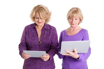 Zwei ältere Damen im Internet
