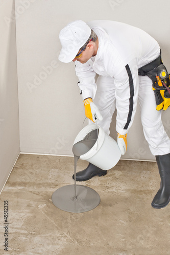 worker apply self leveling floor