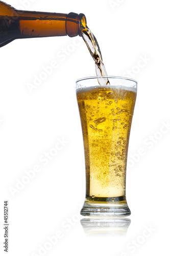 piwo-leje-z-butelki-piwa-do-szkla