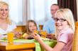 Familie isst zu Abend oder zu Mittag