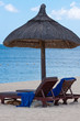 fauteuils de plage sous parasol de paille, Maurice