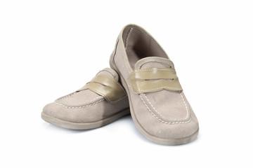 Zapatos clásicos de niño en color beis.