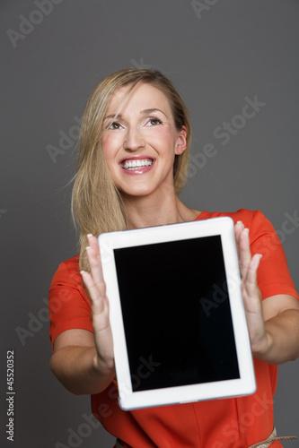 Frau hält Tabletpc