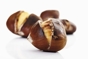 Sweet chestnuts, roasted (close-up)