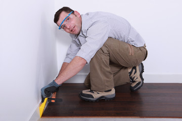 Man laying a new parquet.