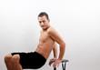 Mann beim Bauch Training