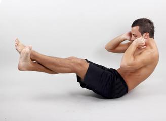 Sportler macht seine Sit Ups