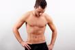 Mann sieht sich seine Bauchmuskeln an