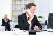 versicherungsangestellter am telefon