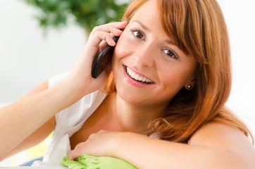 junge frau telefoniert mit ihrem smartphone