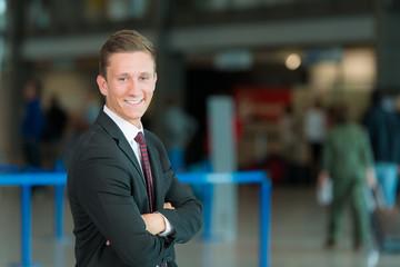 Junger Business-Mann mit Daumen hoch