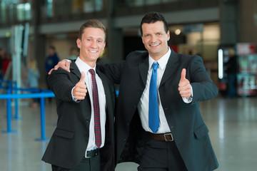 Business-Männer mit Daumen hoch