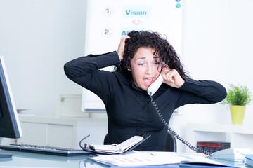 verzweifelte angestellte am telefon