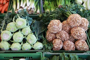 Sellerie und Kohlrabi auf dem Markt