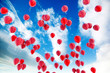 globos rojos flotando sobre el cielo azul