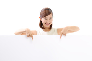 メッセージボードを指差す女性