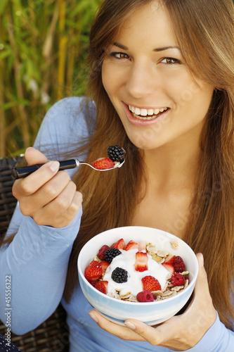 Hübsche Frau isst Müsli zum Frühstück