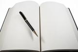 Libro abierto y bolígrafo