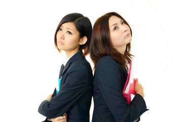 優欝な表情を浮かべる二人のオフィスレディー