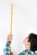 Mann mit Metermaß