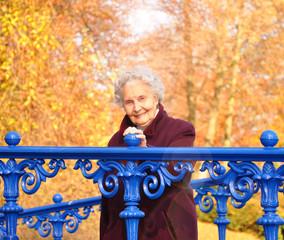 Rentnerin geht spatzieren