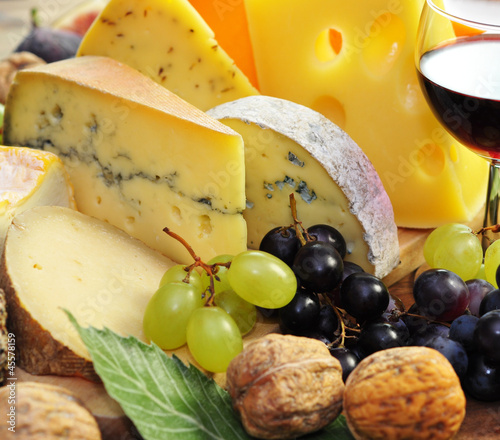 Käse mit Trauben und Walnüssen