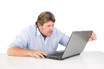 Rentner ärgert sich mit dem Computer