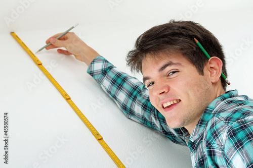 Mann mit Meter und Bleistift