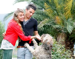 fratello e sorellacon il loro cane