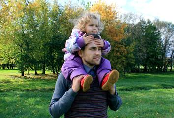 Дочь на плечах у отца