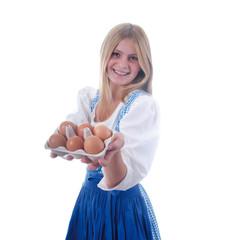 Junges Mädchen präsentiert Bio-Eier