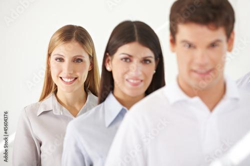 Geschäftsfrau in einer Reihe