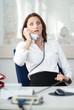 Geschäftsfrau schockiert am Telefon