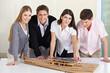Architekten-Team um Gebäudemodell