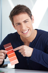 Grafikdesigner mit roten Farbmustern