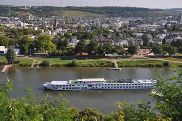 Kreuzfahrtschiff auf der Mosel in Trier