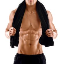 Sexy Körper vom muskulösen athletischen Mann mit Handtuch auf den Schultern