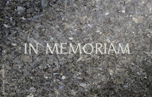 Foto Spatwand Begraafplaats In Memoriam Inscribed In A Marble Grave Stone